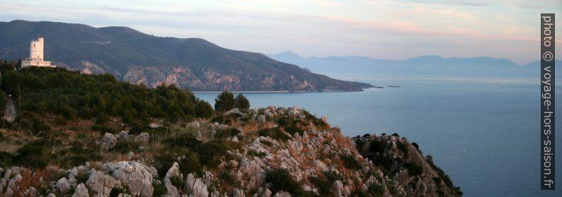 Station météorologique du Cap Palinuro et le Cap au sud de la Cala del Cefalo. Photo © André M. Winter