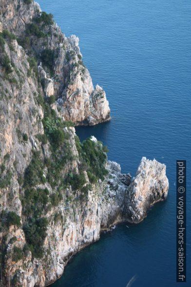 Côte abrupte sur la face sud du Capo Palinuro. Photo © André M. Winter
