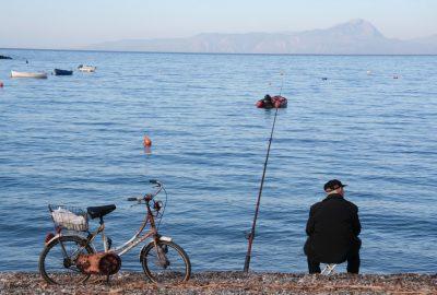 Un pêcheur sur la plage de Praia a Mare. Photo © Alex Medwedeff