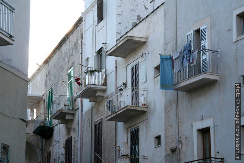 Balcons dans les rues Monopoli. Photo © André M. Winter