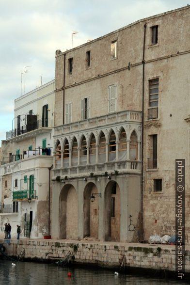 Façade de palais vénitien sur l'ancien port de Monopoli. Photo © Alex Medwedeff