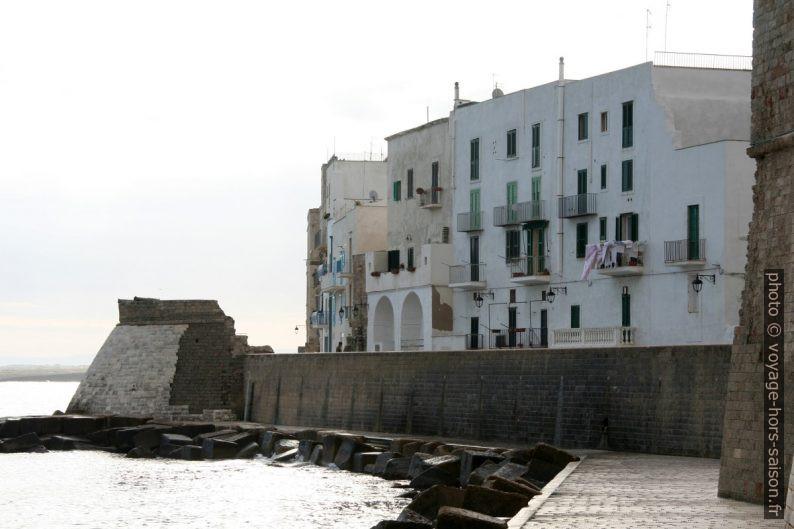 Front de mer de Monopoli avec restes du Castello Carlo V. Photo © André M. Winter