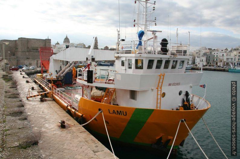 Navire Lamu du ministère de l'environnement au port de Monopoli. Photo © André M. Winter