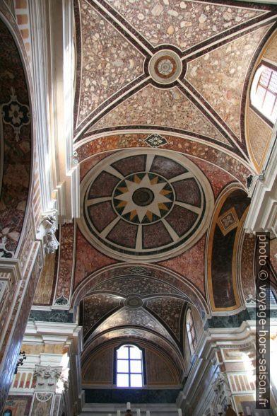 Voûtes et coupoles décorées de marbre de la cathédrale de Monopoli. Photo © André M. Winter