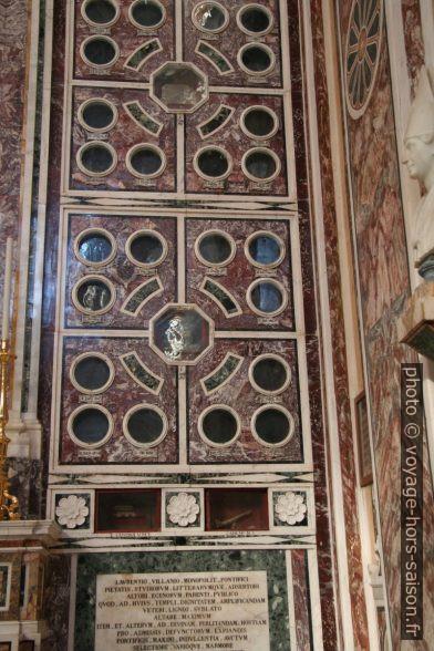 Mur de reliques dans la cathédrale de Monopoli. Photo © André M. Winter