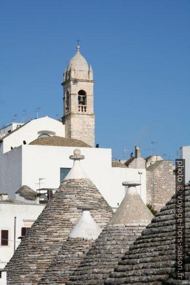 Cônes de trulli et clocher de d'une église. Photo © Alex Medwedeff