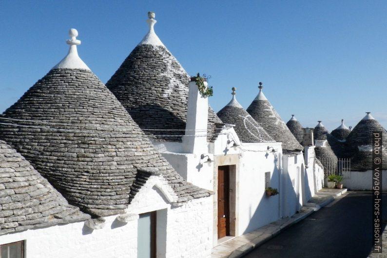 Signes distinctifs sur les toits de trulli à Alberobello. Photo © André M. Winter