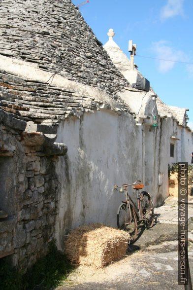 Vieux vélo et bottes de paille dans les rues d'Alberobello. Photo © Alex Medwedeff