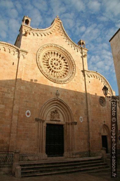 Façade de la Cathédrale d'Ostuni avec sa rosace. Photo © Alex Medwedeff