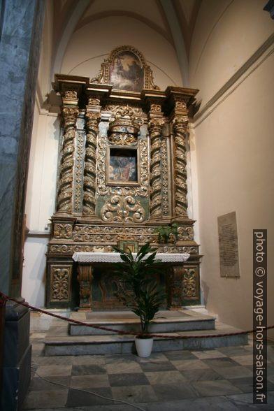 Autel latéral baroque en bois dans la Cathédrale d'Ostuni. Photo © André M. Winter