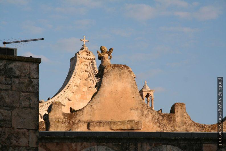 Gables du passage vouté et de la façade de la cathédrale d'Ostuni. Photo © Alex Medwedeff