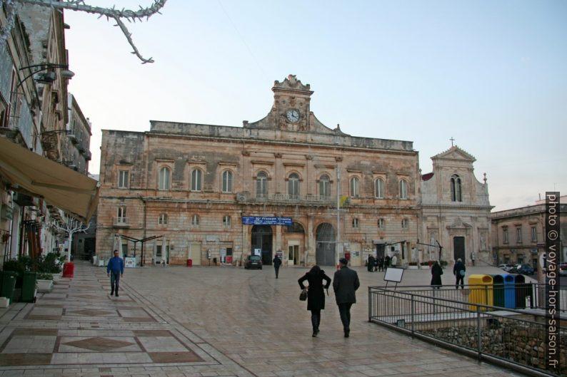 Mairie sur la Piazza della Libertà d'Ostuni. Photo © André M. Winter