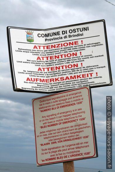 Panneaux multilingues de la commune d'Ostuni avec traductions très audacieuses. Photo © Alex Medwedeff