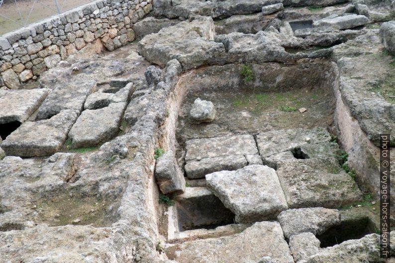 Nécropole ouest d'Egnazia avec tombes d'urnes. Photo © André M. Winter