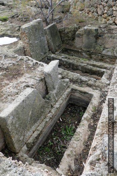 Tombes dans la nécropole ouest d'Egnazia. Photo © André M. Winter