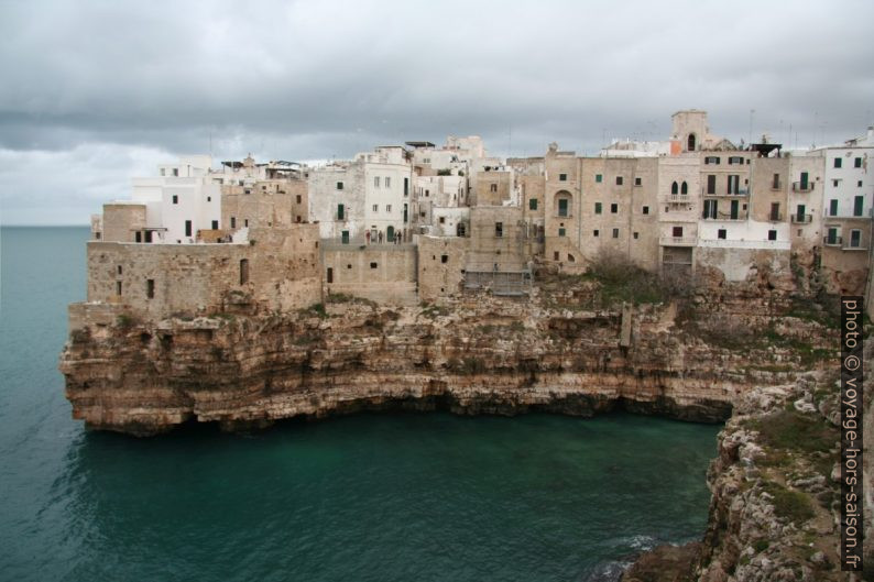 Polignano sur sa côte rocheuse. Photo © Alex Medwedeff