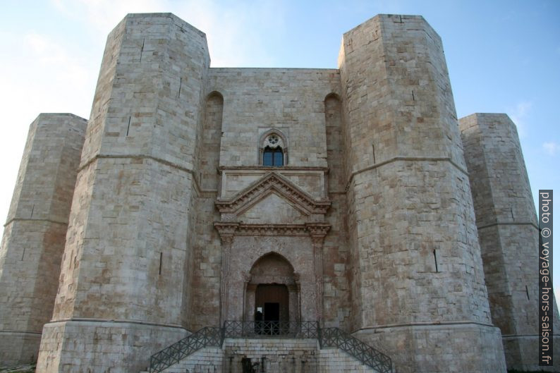 Porte d'entrée principale du Castel del Monte. Photo © André M. Winter