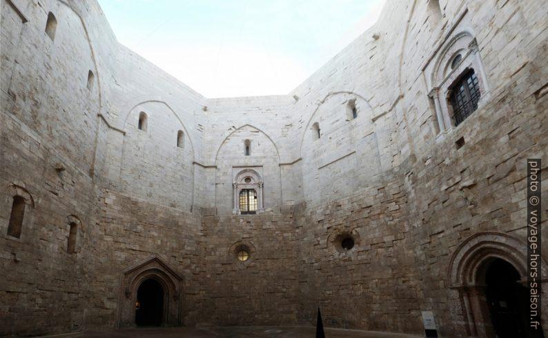 Cour intérieure du Castel del Monte. Photo © André M. Winter