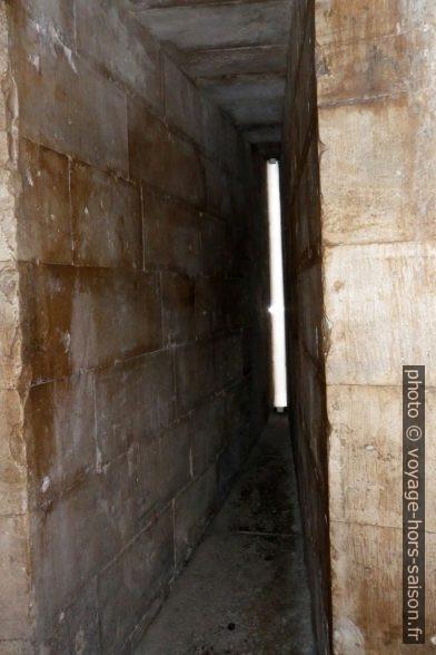 Meurtrière dans un escalier du Castel del Monte. Photo © André M. Winter
