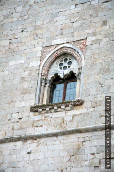 Fenêtre à deux arcs au deuxième étage du Castel del Monte. Photo © Alex Medwedeff