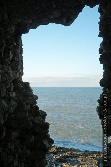 Vue de la mer d'une fenêtre de la Torre di Sfinale. Photo © André M. Winter