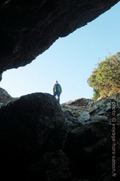 Alex vue d'une grotte de la côte de Gargano. Photo © André M. Winter