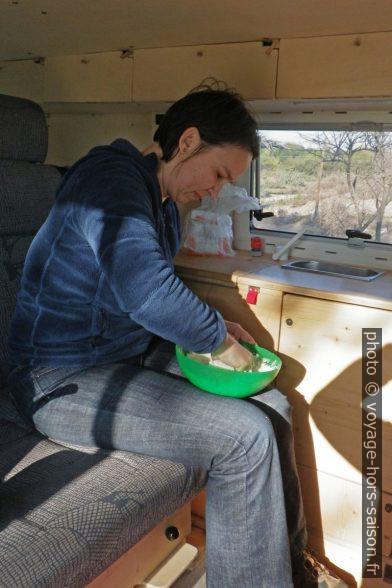 Alex prépare du pain. Photo © André M. Winter