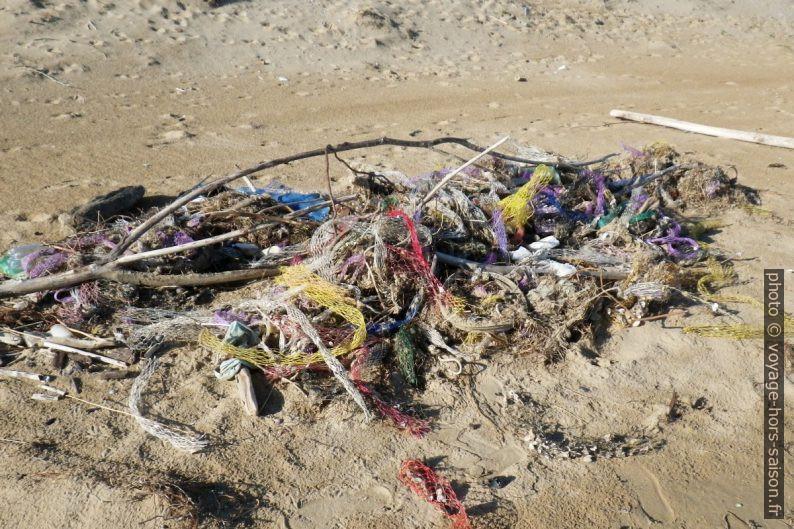 Déchets sur la plage de Sfinale. Photo © Alex Medwedeff