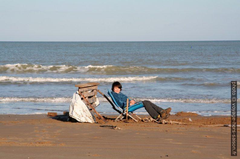 Nicolas relaxe dans son bac à sable génant. Photo © Alex Medwedeff