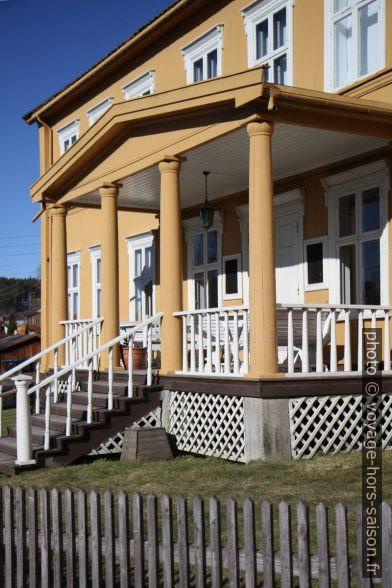 Auvent de type américain sur colonnes d'une maison à Kongsvinger. Photo © André M. Winter