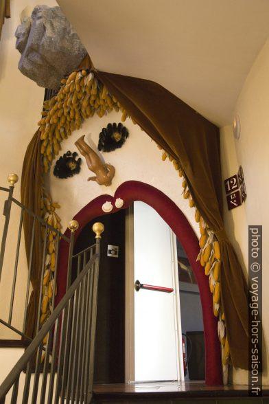 Accès décoré en forme de bouche à une salle d'exposition. Photo © André M. Winter