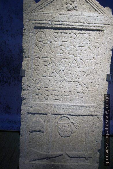 Pierre tombale de Quintus Septimius Niger. Photo © André M. Winter