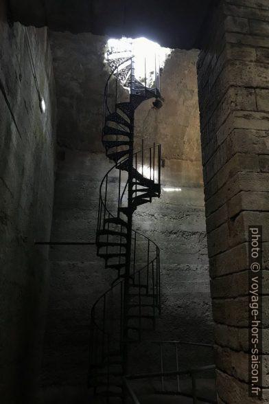 Escalier en colimaçon dans la citerne romaine de Volterra. Photo © André M. Winter