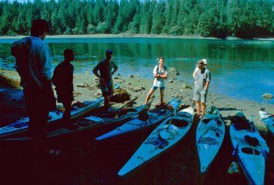 Débarquement en canoës à Meares Island. Photo © André M. Winter