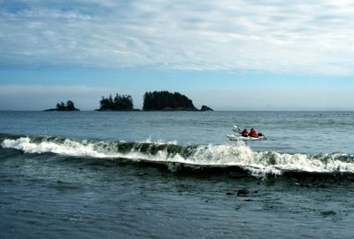 Un canoë de mer double arrive pour débarquer sur Flores Island. Photo © Peter Sykora