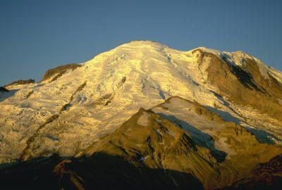 Le glacier du Mount Rainier est doré par le lever du soleil. Photo © André M. Winter