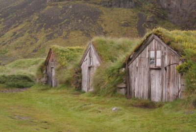 Trois cabanes de tourbe à Núpsstaður. Photo © André M. Winter