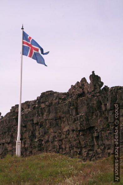 Rocher de la Loi Lögberg et drapeau islandais. Photo © André M. Winter