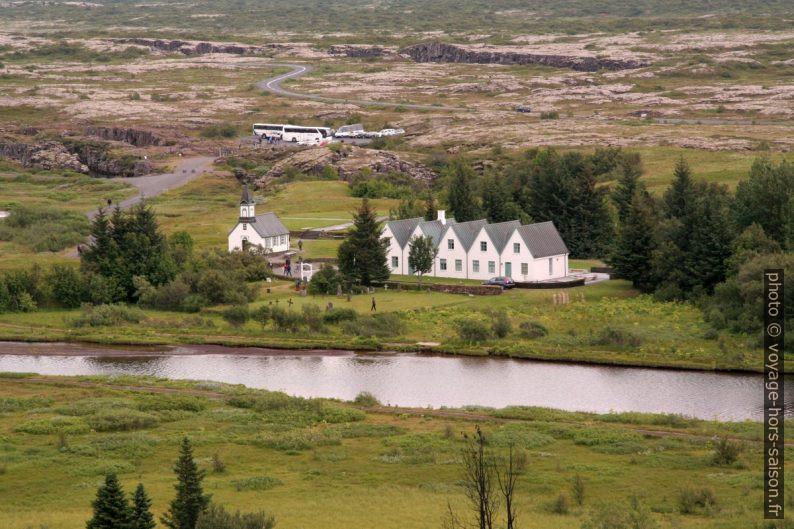 L'église blanche et la maison à cinq pignons Þingvallabær. Photo © André M. Winter