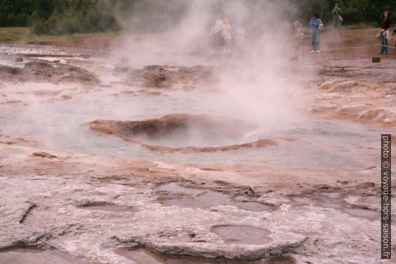 Le geyser Strokkur bouillonnant paisiblement. Photo © André M. Winter