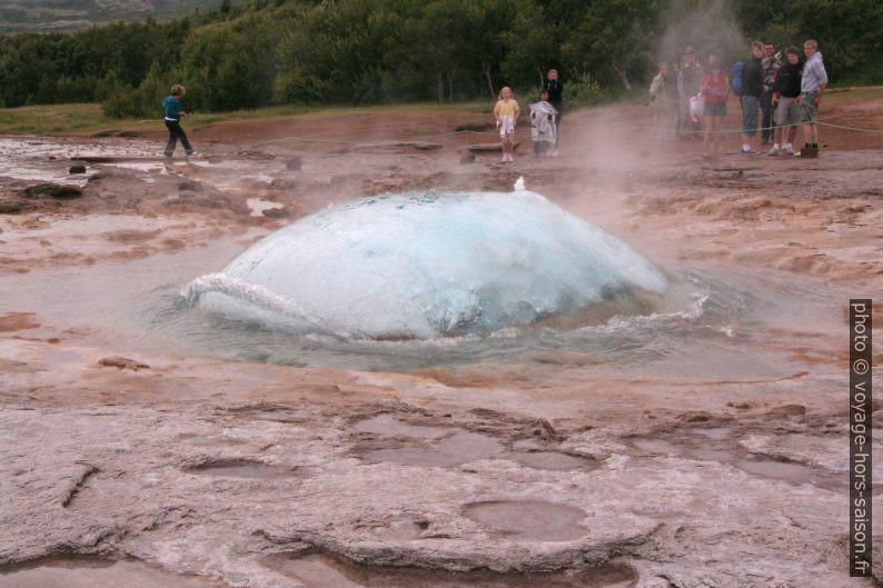 La bulle du geyser Strokkur avant l'éclatement. Photo © André M. Winter