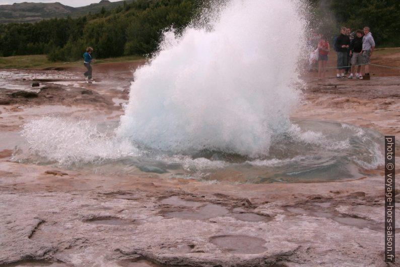 Le geyser Strokkur éclatant. Photo © André M. Winter