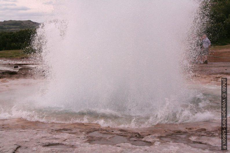 Éruption du geyser Strokkur. Photo © André M. Winter