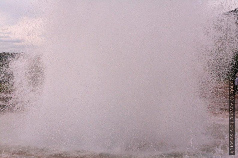 Colonne d'eau et de vapeur du geyser Strokkur. Photo © André M. Winter