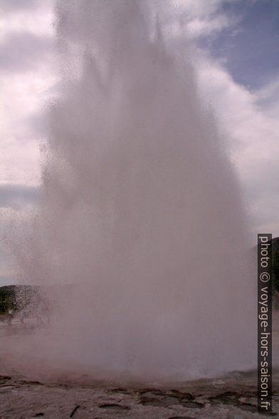 La colonne d'eau du Strokkur s'écroule. Photo © André M. Winter