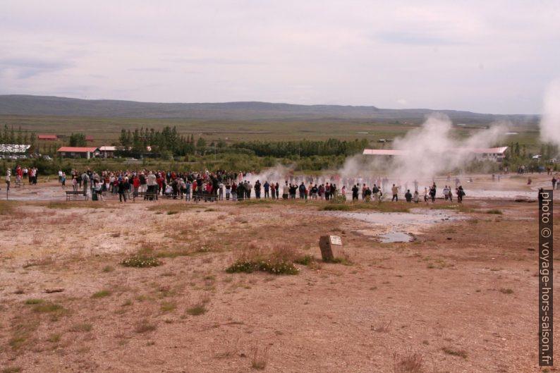 Touristes autour du Strokkur. Photo © André M. Winter