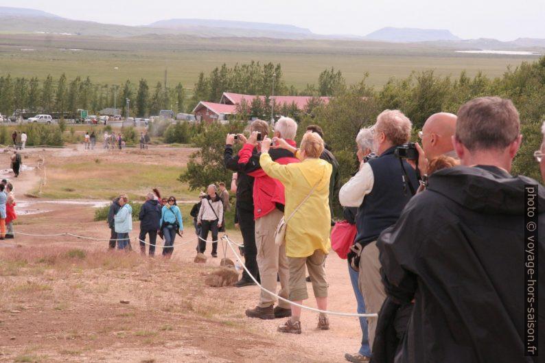 Des touristes photographient le Strokkur. Photo © André M. Winter