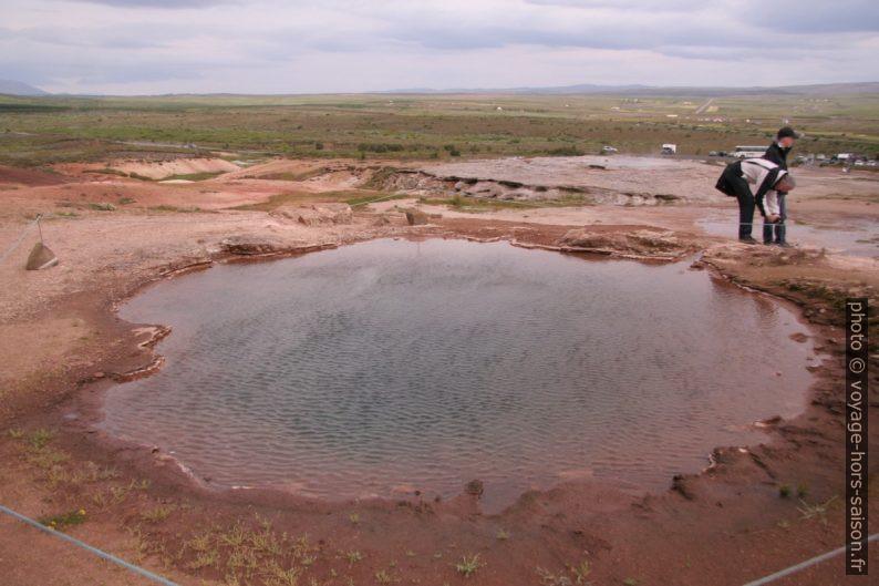 Source d'eau chaude Konungshver dans la zone Haukadalur. Photo © André M. Winter