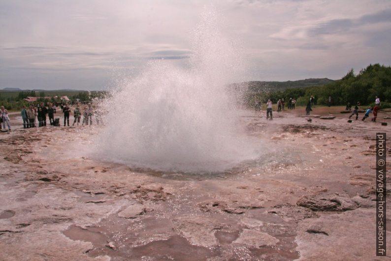 Petite éruption du Strokkur. Photo © André M. Winter