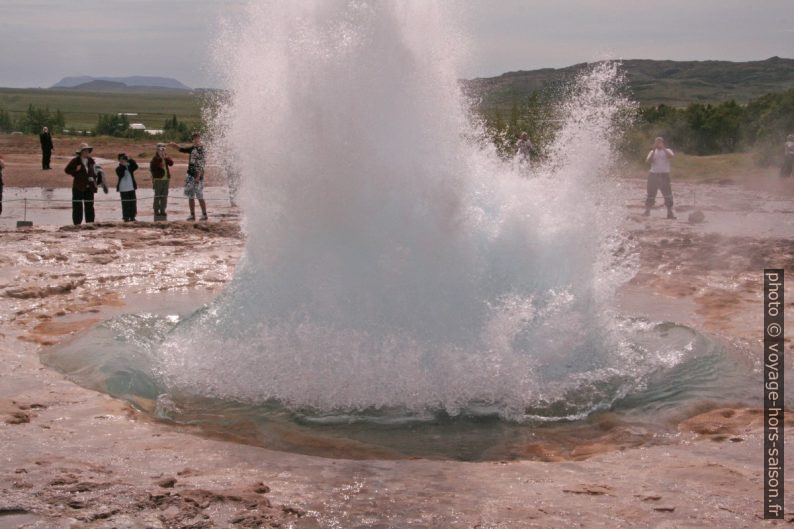 La bulle d'eau du Strokkur éclate. Photo © André M. Winter